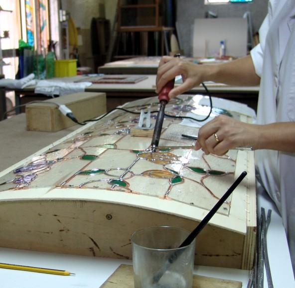 Le fasi della lavorazione di una vetrata curva e piana for Piano vetrata